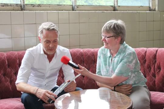 Monika hatte den 1. Vorsitzenden vom Kulturbüro Olaf Geschwinde am Mikrofon   Bild: KRA 2